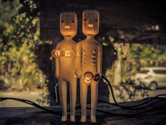 deux petites statues avec les empules électiques désignants une femme et un homme aupres quel cela signifie la cicronference du pénis