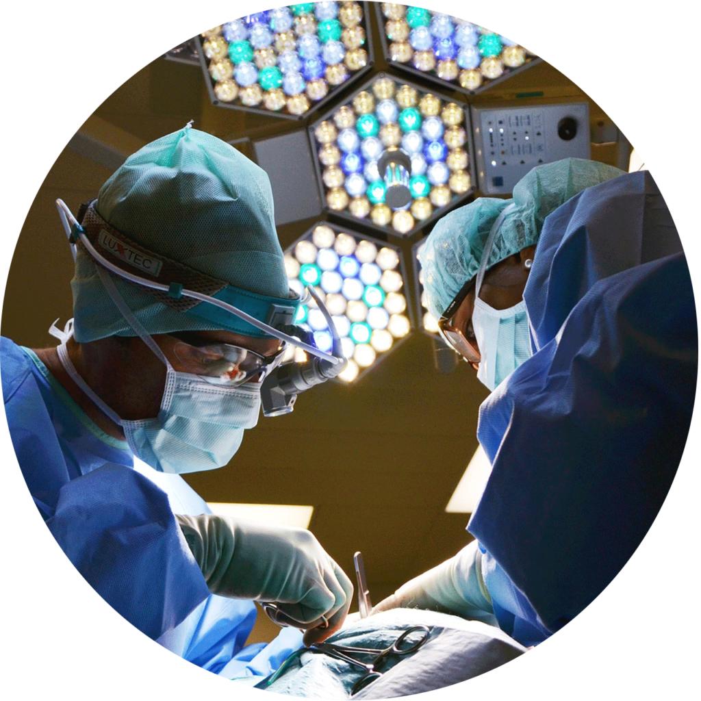 deux chirurgiens qui sont en train de l'opération pour augmenter la circonférence du pénis