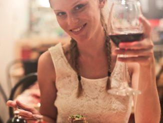 une-fille-assise-pres-de-son-repas-avec-des-aliments-aphrodisiaques