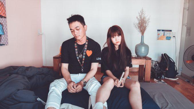 une couple atteinte par l'éjaculation précoce est tristement assis dans sur le lit