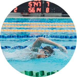 un homme pendant la natation qui aide a ameliorer l'erection