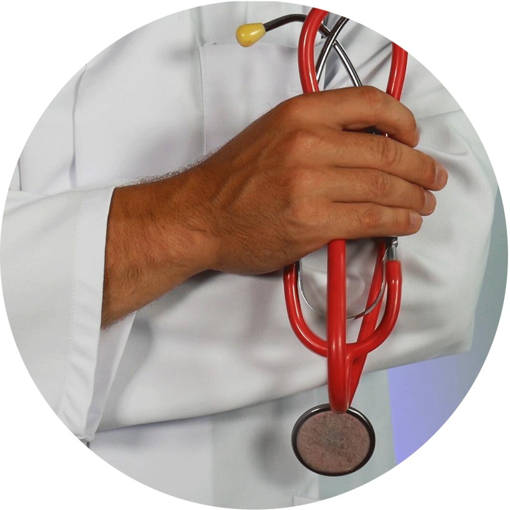 un sthétoscope dans la mains d'un médecin qui peut aider améliorer l'éjaculation précoce