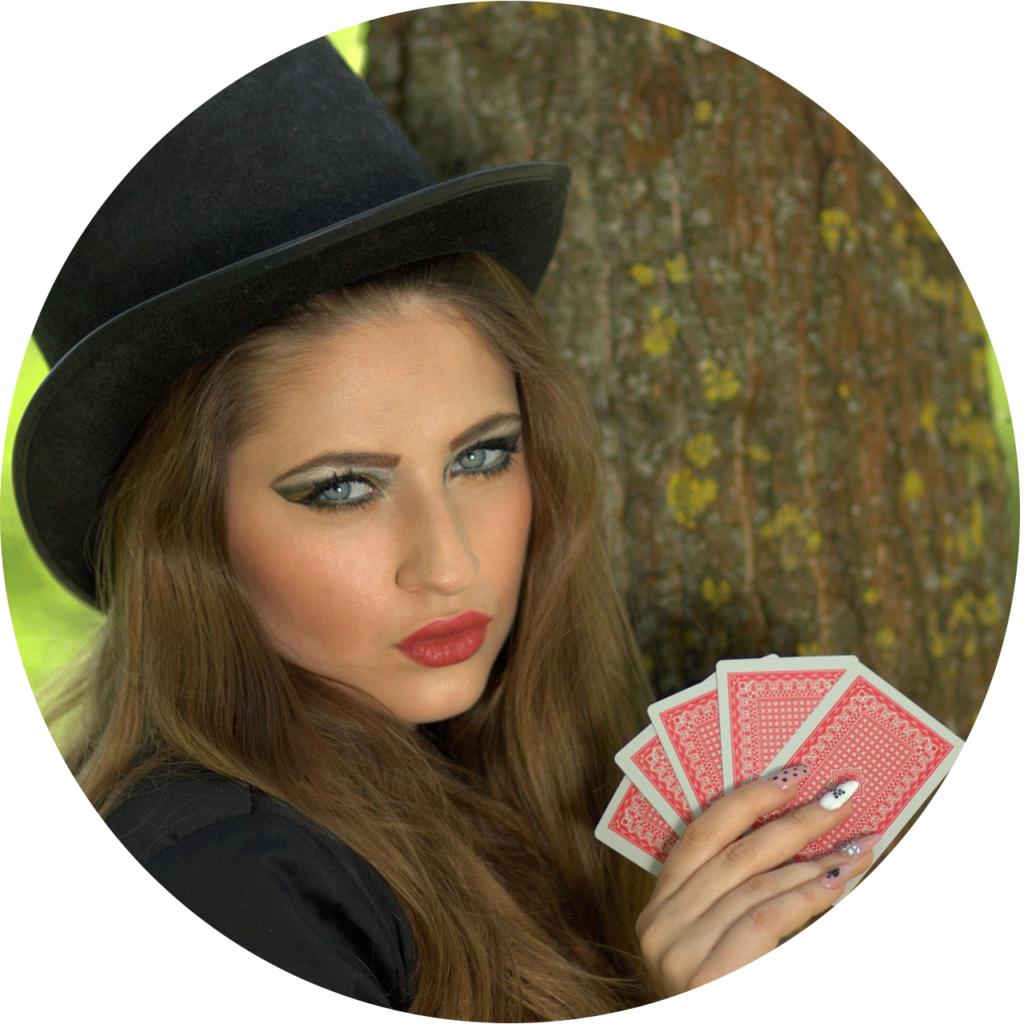 une-jeune-femme-seduisante-en-tenant-les-cartes