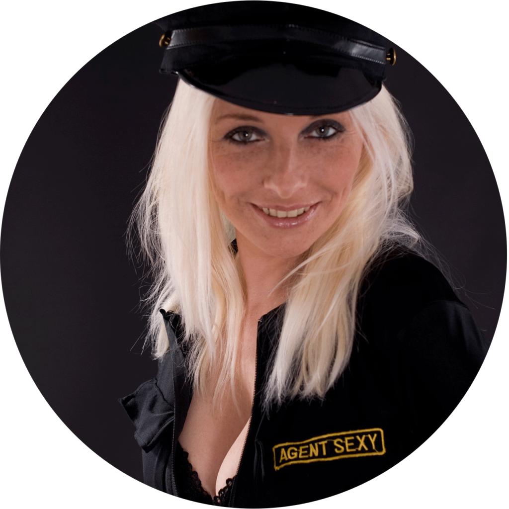 une femme déguisée d'une policie comme un moyen soupplant des aphrodisiaques