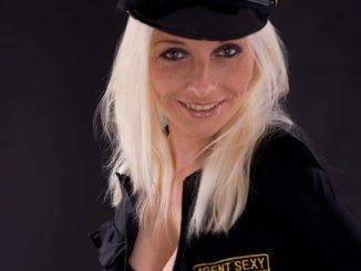 une femme dans un déguisement d'une policer pour jouex des jeux éreotiques