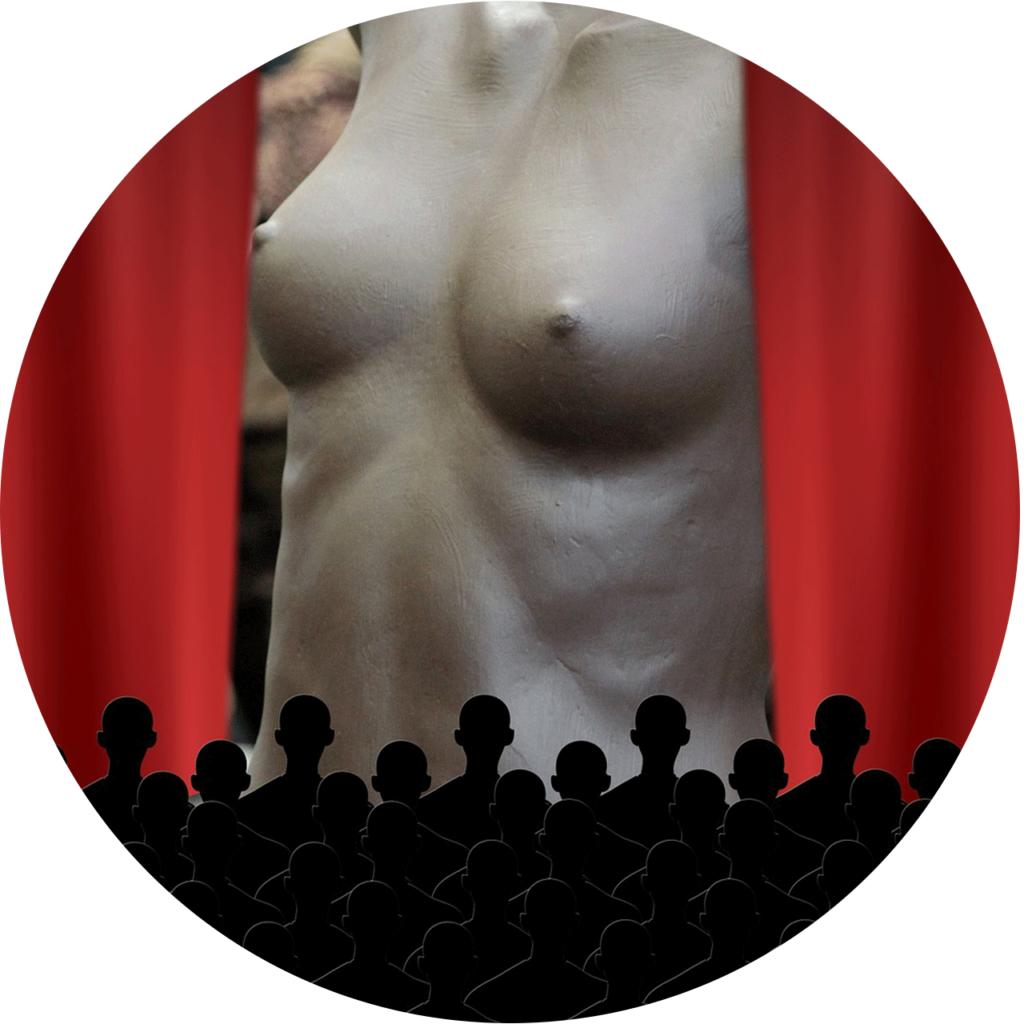 un torso féminine nu sur l'écran de projection - comme un jeu sexuel d'une star de porno