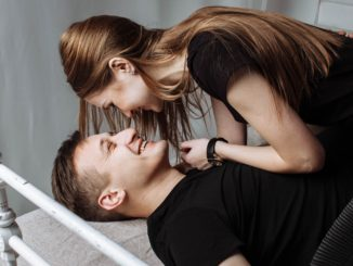 Un homme et une femme pendant des ébats ou l'homme a renforcer sa virilité masculine par des aphrodisiaques
